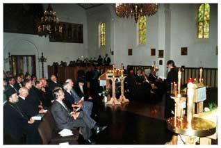 Erzpriester Nikolai Artemoff spricht vor den geladenen Gästen, u.a. den Vertretern der Kirchen, Ministerien und Konsulate